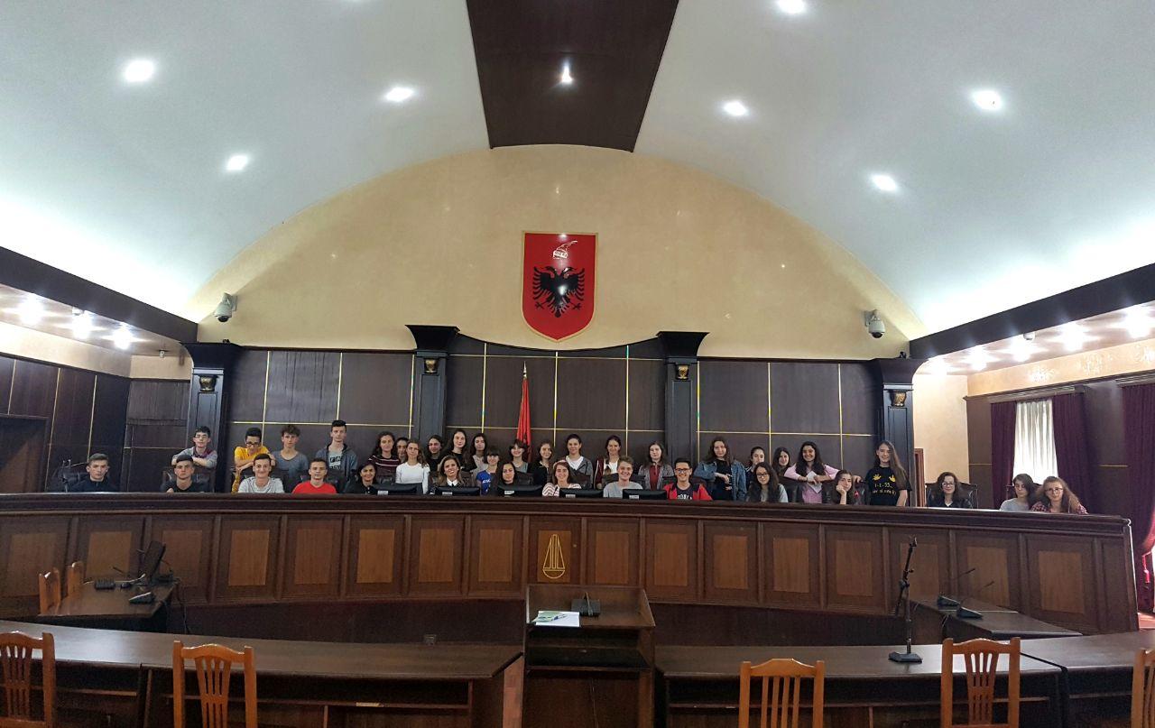 """Në kuadër të organizimeve që zhvillohen çdo vit me rastin e 10 Majit, Ditës Kombëtare të Drejtësisë, një grup nxënësish të shkollës 9 vjeçare """"Jeronim De Rada"""" në Tiranë vizituan Gjykatën e Lartë të Republikës së Shqipërisë."""