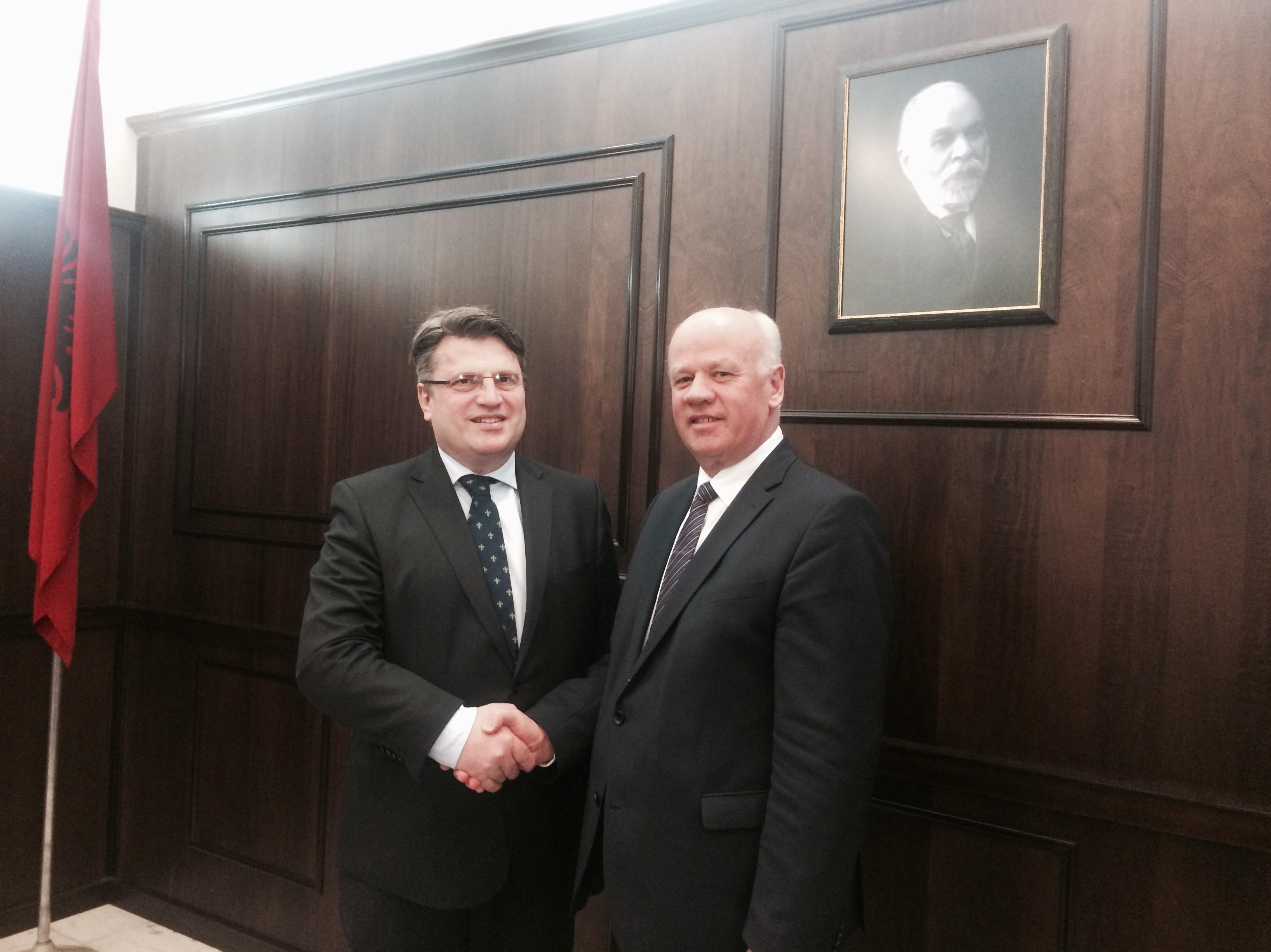 Kryetari i Gjykatës së Lartë Z. Xhezair Zaganjori, ka pritur të hënën në Gjykatën e Lartë Ministrin e Drejtësisë së Landit të Bavarisë z. Winfried Bausback, i cili shoqërohej në këtë vizitë nga anëtarë të stafit të tij
