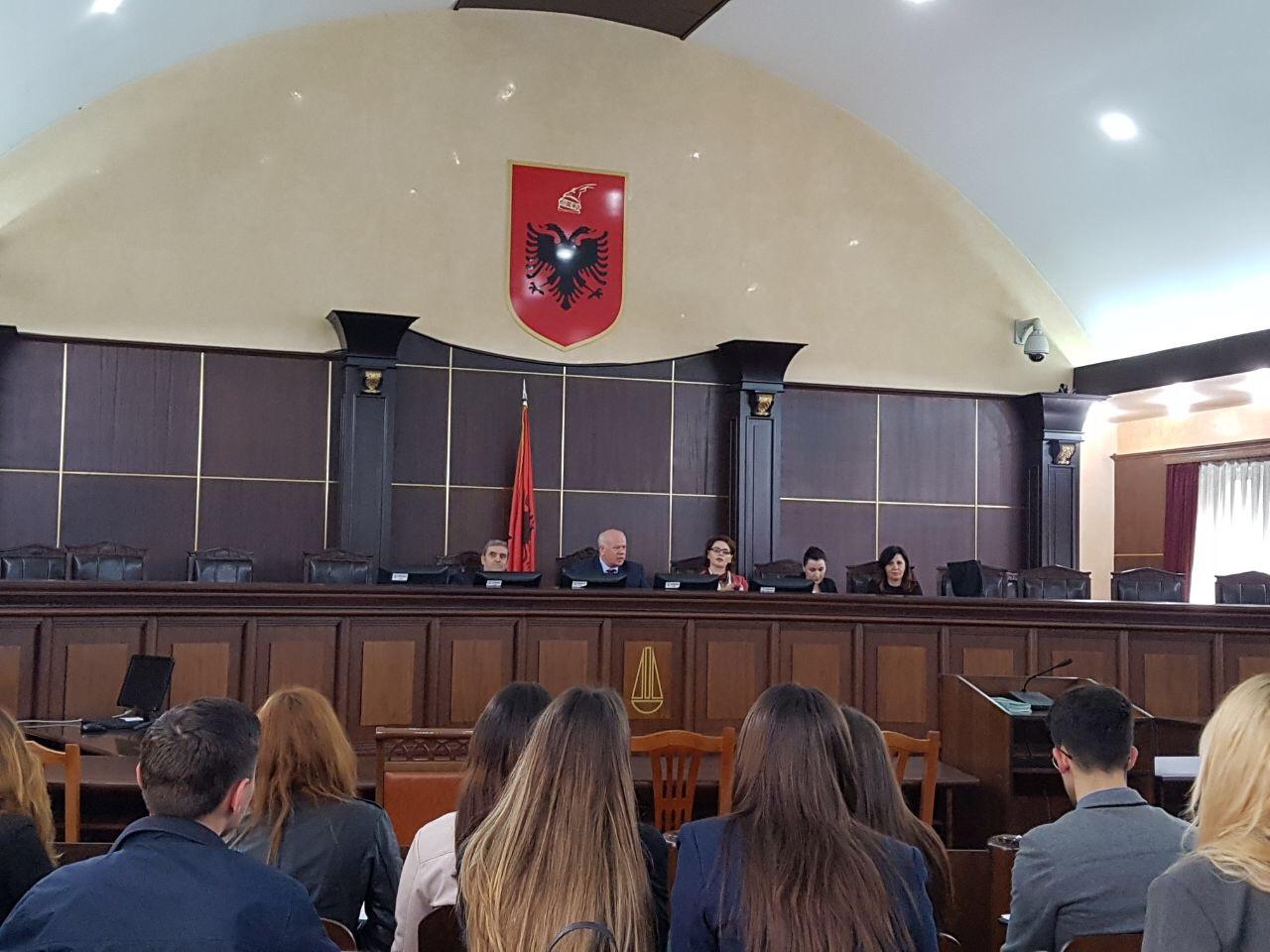 """Me rastin e 10 majit Ditës Kombëtare të Drejtësisë, një grup studentësh të Fakultetit të Drejtësisë në Tiranë si dhe nxënës të gjimnazit """"Sami Frashëri"""" vizituan Gjykatën e Lartë të Republikës së Shqipërisë"""