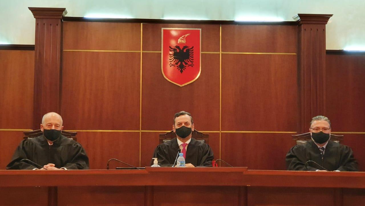 Gjykata e Lartë ka filluar shqyrtimin e çështjeve gjyqësore në seanca publike, sipas kalendarit të planifikuar dhe shpalljeve në faqen zyrtare të kësaj gjykate si dhe ambjentet e jashtme të saj.